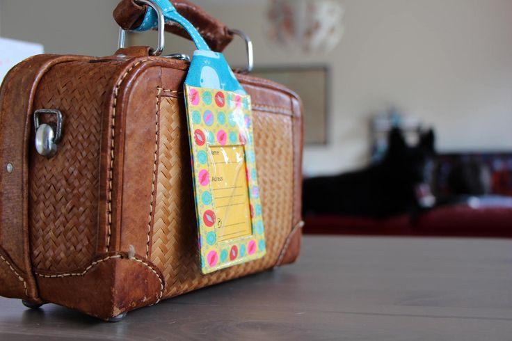 Etiquette à bagages en coton enduit jaune à pois avec ses trois étiquettes en papier de la boutique Lebigornopiquant sur Etsy