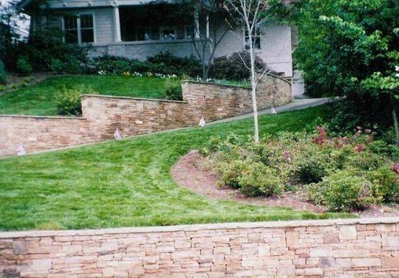 Muros de arrimo podem ser necessários, ou não.  Saiba quando e por que construí-lo, assim como outras soluções alternativas para contenção de terreno, ou para evitar erosão do solo.  Muro de arrimo como solu...