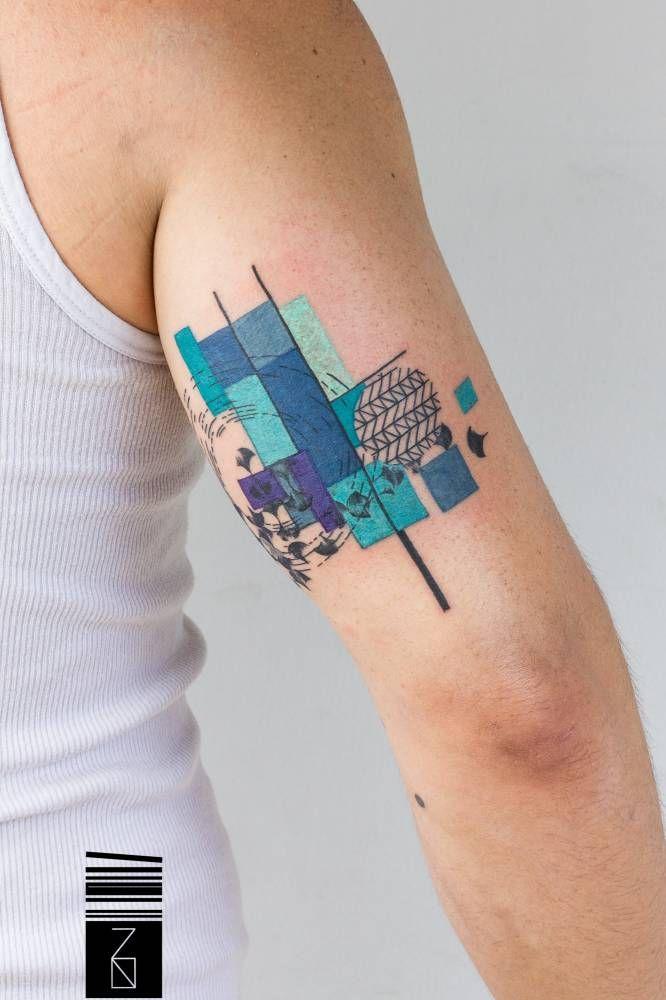 Tatuaje de estilo gráfico en la parte posterior del brazo derecho.