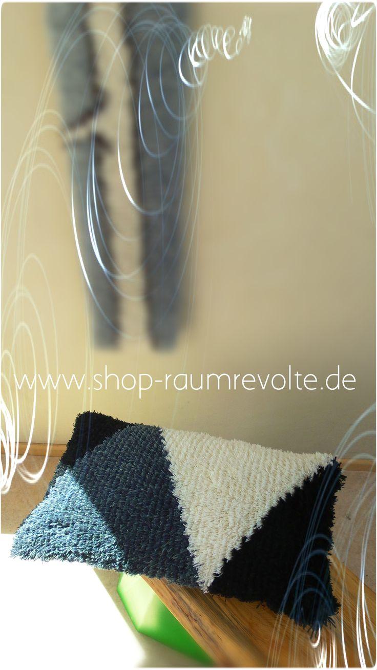 Ryijy Kissen. ca. 35 x 60 cm.  Schwarz-Weiß-Grau. DIY-Kit zum Selbstnähen hier erhältlich.