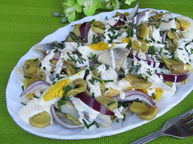 Tradycyjna kuchnia Kasi: Sałatka śledziowa z marynowanymi pieczarkami, jajk...