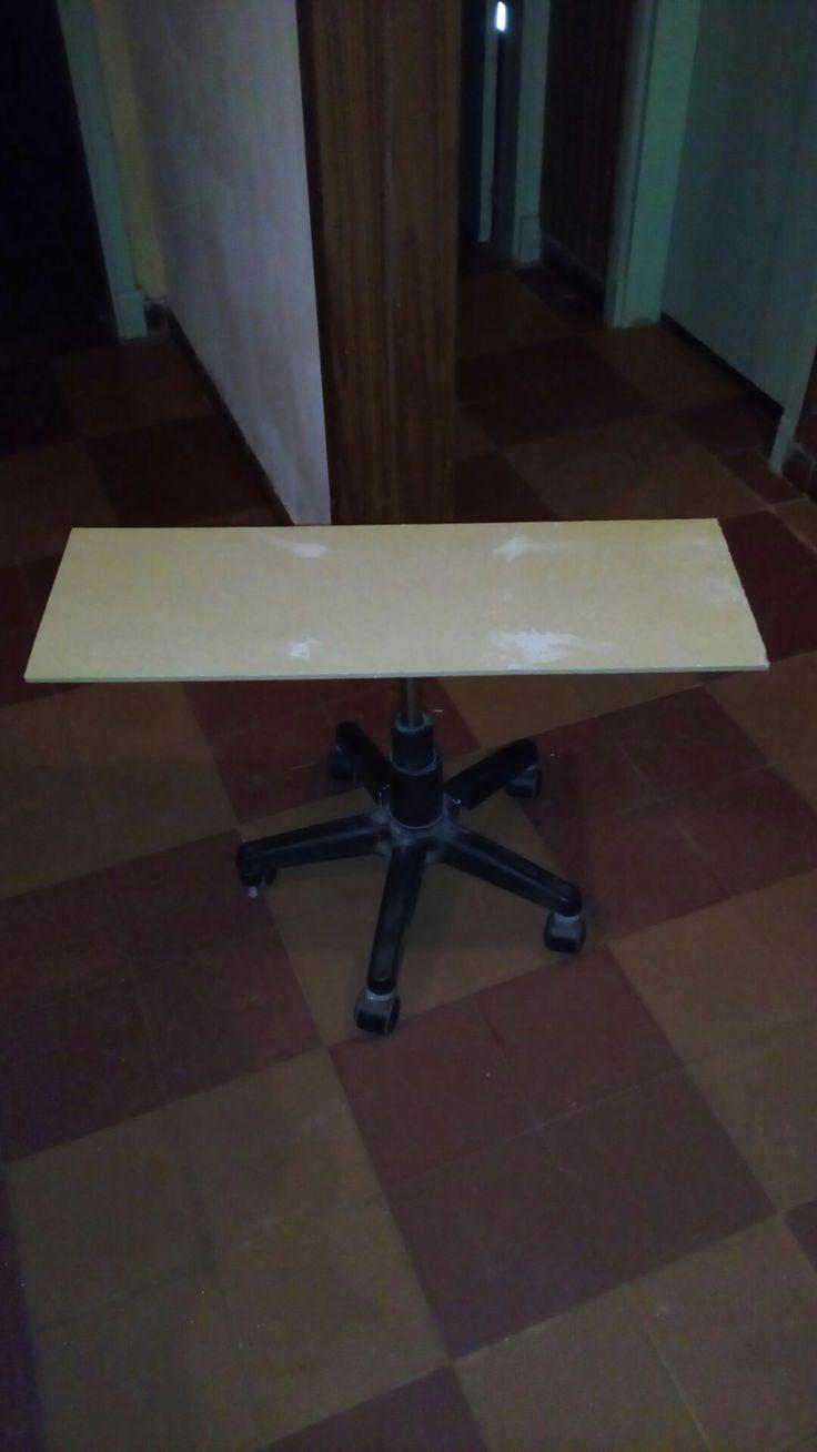 Mesita hecha con soporte de silla de  escritorio