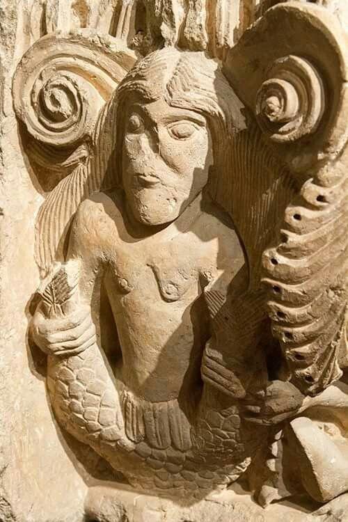 Sta María la Real de Aguilar de Campoo.  Sirena con dos colas. Museo Arqueológico de Madrid