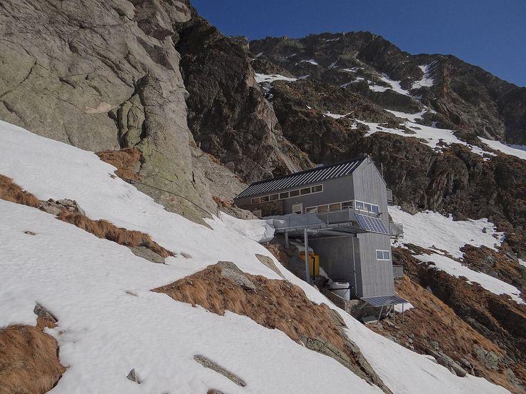 Rifugio Cesare Dalmazzi al Triolet - Courmayeur (Valle d'Aosta), in Val Ferret, nelle Alpi Graie, a 2590 m s.l.m. - È collocato sul bordo del ghiacciaio del Triolet sotto il gruppo di Leschaux e quello di Triolet, gruppi montuosi nel massiccio del Monte Bianco. - L'accesso avviene dalla val Ferret in circa tre ore di camminata