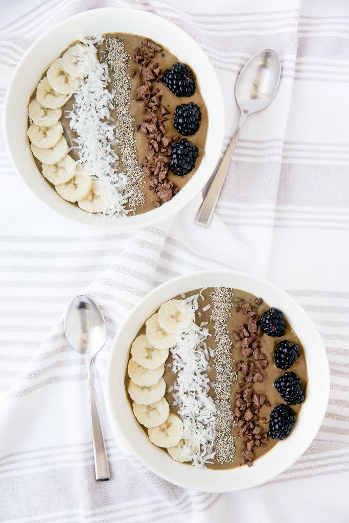 Superfood Chocolate Smoothie Bowl // // In need of a detox? Get 10% off your @SkinnyMeTea 'teatox' using our discount code 'Pinterest10' at skinnymetea.com.au
