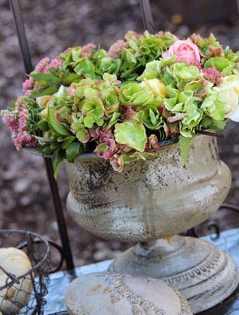 Die elegante Kombination von Rosen, Hortensien und Fetthenne kommt durch die grauen Accessoires der Dekoration besonders schön zur Geltung. Auf http://whitegreyhome.blogspot.de/ könnt ihr euch noch mehr Inspirationen für eure eigene Deko holen.