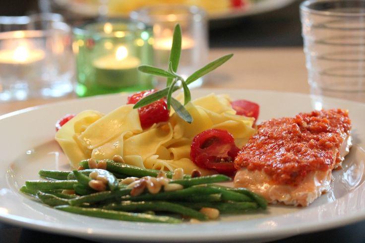 En glad laks med chilipesto og aspargesbønner | TRINEs MATbloggTRINEs MATblogg
