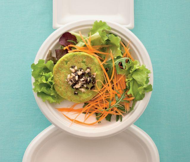 Burger di tofu e piselli con pesto. Ricetta di Antonio Zucco, Foto di Laila Pozzo. Tratta dalla rivista Cucina Naturale.