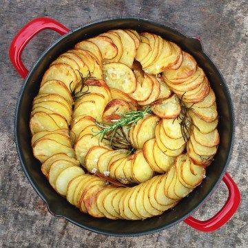 Hasselback aardappel gratin met kruiden, een feestelijk gerecht met aardappels. De oven doet het meeste werk en het resultaat mag er wezen.