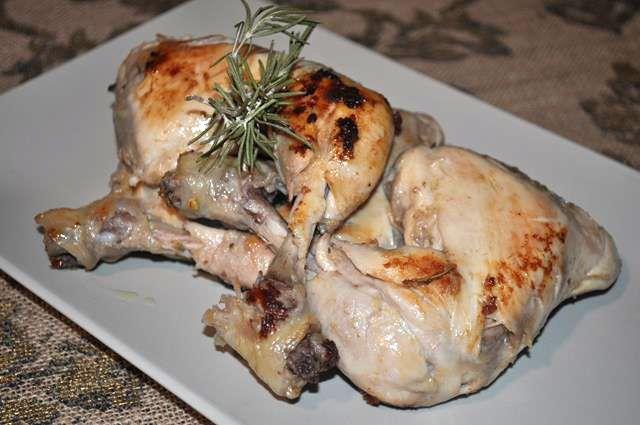 Una gustosa ricetta, piacevolmente speziata per assaporare il pollo con un tocco di originalità! Si realizza in pochi e semplici passaggi e la carne assume una consistenza morbidissima!