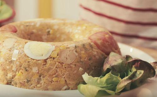 INGREDIENTES Cuscuz: meia xícara (chá) de azeite 2 cebolas médias raladas 2 dentes de alho amassados 1 e meia xícara (chá) de peito de frango cozido e desfiado (150 g) 2 tabletes de MAGGI® Caldo de Galinha 1 xícara (chá) de polpa de tomate 1...