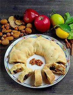 ROCCIATA DI ASSISI (Umbria) is a sweet with a round shape filled with almonds, walnuts, raisins, prunes, dried figs, apples and cinnamon #food #sweets