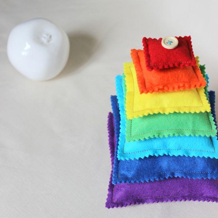 Pyramide Arc-en-ciel / Coussin tactile pour bébé / Montessori : Jeux, peluches, doudous par popelineco