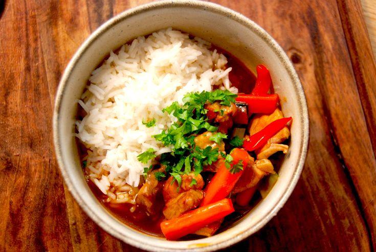 På blot 15 minutter kan du lave en lækker orientalsk gryderet med lynstegt kød og grøntsager, og den nydes sammen med kogte ris. Orientalsk gryderet en små strimler svinekød, der steges ved høj varme i kort
