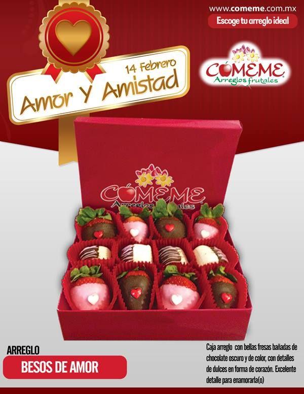 Caja llena de bellas fresas bañadas de chocolate oscuro y de color,exquisitos detalles de dulces en forma de corazón.Excelente detalle para enamorarla(o)