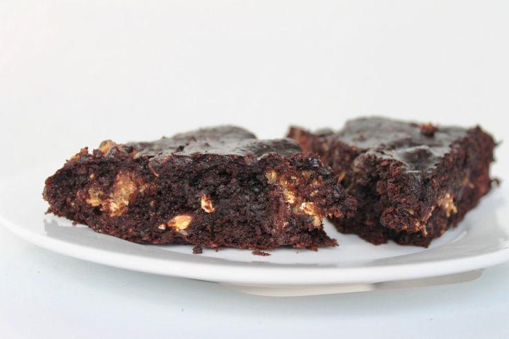 Protein brownie/kladdkaka med kakdeg/cookie dough fyllning;  3 ägg 12 färska dadlar 40g havremjöl 40 g kakao 1/3 tsk salt 1/3 tsk bikarbonat 30g kokosolja/zerotopping  50g mörk choklad • Cookie dough enligt detta recept...  Mixa dadlar och ägg till en fluffig smet. Rör ihop torrt i en bunke. Smält kokosolja och choklad över vattenbad. Rör ihop äggsmet, mjöl sist den smälta choklad. Smula ner kakdeg och Baka 175°C ca 20 minuter för en härligt kladdig kaka!