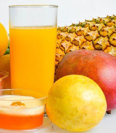 Pfirsiche waschen, gut abtropfen lassen und entkernen. Mango und Ananas schälen, den Kern bzw. Strunk entfernen und in Stücke schneiden. Mit Hilfe eines Entsafters aus den Früchten Saft gewinnen. ¾ l Saft abmessen, wenn nötig mit Wasser aufgießen, mit Sirupzucker vermengen und über Nacht kühl stellen. Durch ein feines Sieb abseihen, zum Kochen bringen und 3 Minuten kochen lassen. Nach Belieben Rum hinzufügen. Heißen Sirup in sterile Flaschen füllen, gut verschließen und kühl lagern. Ergibt…