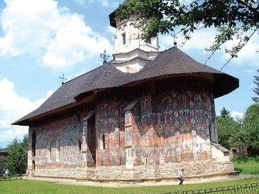 No Nordeste da Roménia, nas terras altas da Moldávia, encontra-se a histórica região da Bucovina. País de florestas e paisagens esplêndidas, o seu rico passado deixou-nos o melhor da arte moldava dos séculos XVe XVI. Trata-se de uma série de magníficos mosteiros e igrejas que a Unesco classificou como Património da Humanidade.