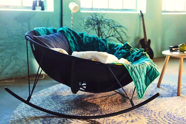 Dieser Schaukelstuhl mit Metallrahmen hat sich auf die Fahne geschrieben, frischen Wind ins Wohnzimmer zu bringen. Die Idee von Designer Marcus Arvonen: einfach mal das Sofa Sofa sein lassen und es sich stattdessen in Bodennähe vor dem Fernseher gemütlich machen. Die Konstruktion erinnert ein bisschen an den Stangenaufbau bei einem Zelt und soll so einiges an Gewicht aushalten. Preis: 299 Euro.