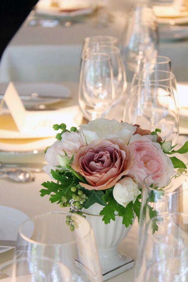 ゲストテーブル装花。 エレガントなフォルムが美しい陶器の器にピンクや白のバラをアレンジしたゲストテーブル装花。 垂れ下がる実がアクセント。[ レストランひらまつ様 ] wedding,centerpieces,rose,pink,chic,antique