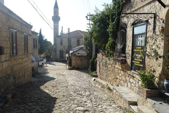 Müthiş ikili: Adatepe ve Yeşilyurt Köyleri Yunanistan'a gitmeden Türkiye'de de bunun minyatür köylerini görmeniz mümkün. Taş evler, çiçek dolu avlular ve köy kahveleriyle şimdilerde Adatepe köyü çok meşhur. Kaz Dağlarının eteğinde oturup manzaraya karşı kahve içmek için çok gelen var. Hem Yeşilyurt hem de Adatepe Köyü'nde artık trilyonluk evler satılıyor. Sakinliğe atlamak isteyenleri bu iki durağıda Altınoluk'ta bulunuyor.   Kaynak: Kuyruksuz Uçurtma.com