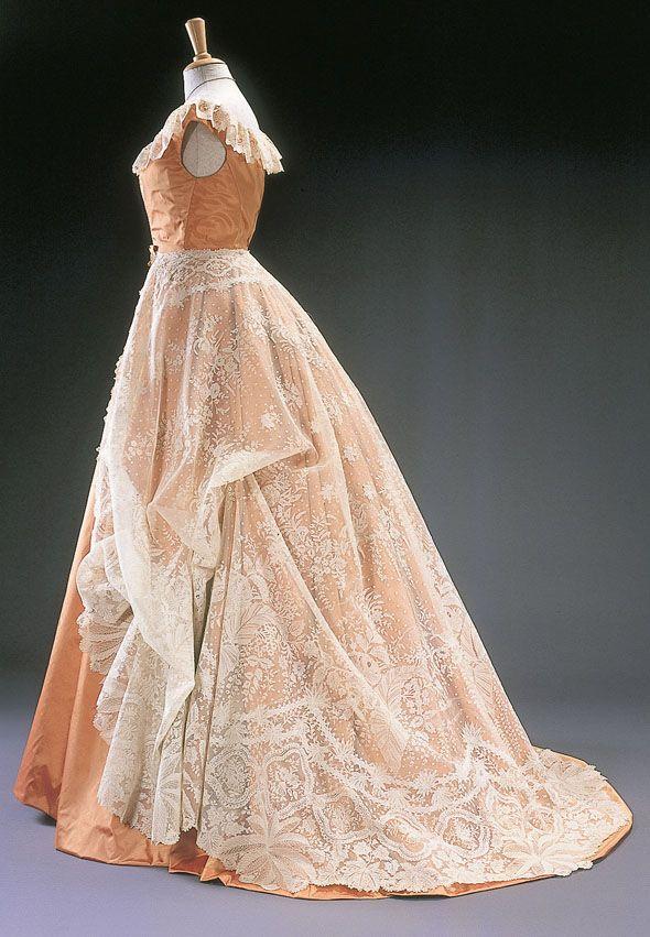 Evening gown, 1900.  Musée du Costume et de la Dentelle.