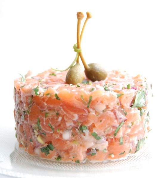 100 g fresh salmon (salmon, trout) 1 lukovika shallots (if not, half a small white or red Lukovtsev) 2 tablespoons capers 1 tablespoon lemon juice 1 tablespoon olive oil 2 sprigs of dill 2 sprigs of parsley salt pepper