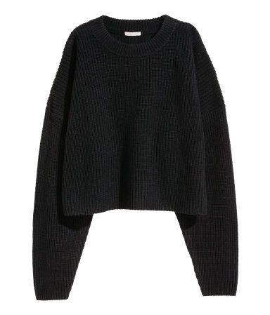 Svart. PREMIUM QUALITY. En kort, grovstickad tröja i ull med inslag av kashmir. Tröjan har nedhasad axel och ribbstickad halsringning.