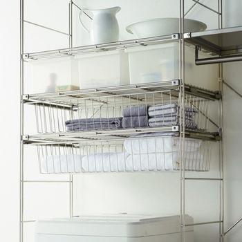 メタリック素材と合わせても違和感なし!  多少の濡れは大丈夫そうなので、洗濯機周りの収納の有効利用をしてみては? メタルラックを利用して可動式のケースに日常使うタオルを収納。クリアケースにはバスソルトやソープや洗剤類を仕切りで分けて収納も出来ます。