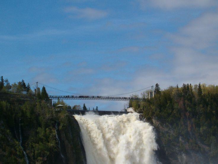 La plus haute chute du Québec se jette dans le fleuve Saint-Laurent, près de Québec, la Capitale. Une passerelle, tout en haut pour une vision sur le fleuve.