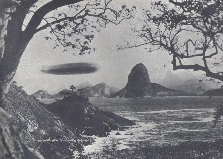 O LZ 127 Graf Zeppelin, um dirigível alemão, foi construído entre 1926 e 1928 e fez 590 voos. As imagens mostram um de seus voos ao longo da Baía de Guanabara, perto do Rio de Janeiro, no Brasil, em maio de 1930, além da sala de controle, sala de rádio, cozinha, sala de jantar e cabines de passageiros do dirigível.
