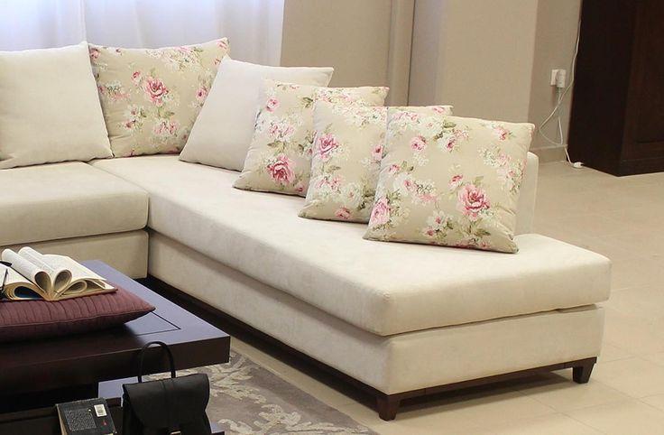 Γωνιακός καναπές κατασκευασμένος από φυσικό ξύλο οξιάς διαστάσεων 3,20χ2,40Στα μαξιλάρια του καθίσματοςυπάρχει αφρώδες ελαστικό μεσαίας σκληρότητας.Τα διακοσμητικά μαξιλάρια έχουν στο εσωτερικό τους έναχωριστό σώμα το οποίο είναι γεμάτο με πούπουλο και comforel