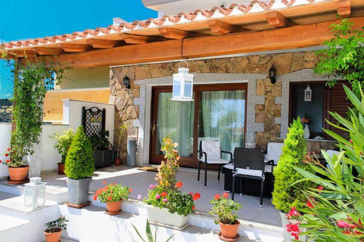 Villetta di pregio disposta su due livelli con corte e giardino fronte retro. Ampio soggiorno, 3 camere, 3 bagni. Termoautonomo, climatizzato e completamente arredato.   CONTATTACI PER MAGGIORI DETTAGLI http://www.orizzontecasasardegna.com/dpaweb/scheda.asp?ID_Offerta=01VE209  #sardegna #villette #case #pregio #camere #vendita #budoni #santeodoro #agenzie