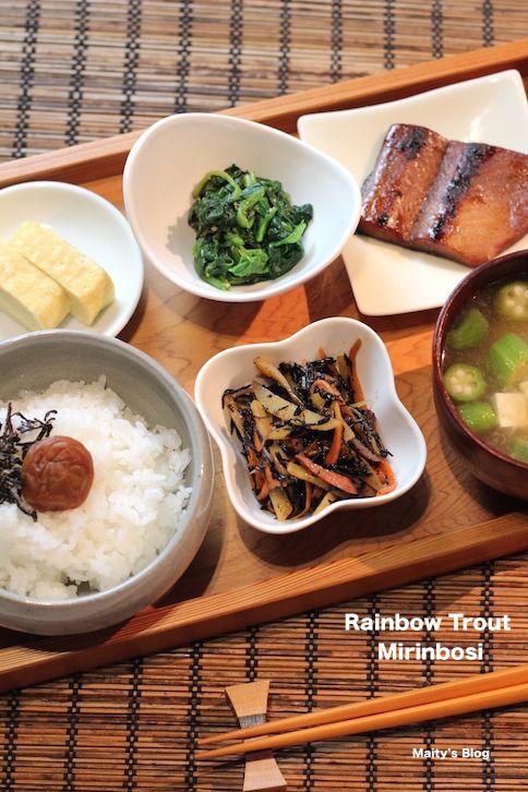 焼き魚が食べたいのだけど干物のようなものは普通のスーパーでは手に入らない。アジア系のスーパーには売っているけど、すごく高い・・売っていないなら作ろうと思いrainbowfish(ニジマス)を買って干物にしてみました。はいでは本日はみりん干しの作り方です。ニジマスのみりん干し【材料】ニジマス(卸して骨を取ったもの)・・・3、4枚塩・・・適量醤油:みりん・・・各同量【作り方】1.ニジマスに軽く塩をふりかけ10分置く。さっと水で洗い流しキッチンペーパーなどに取りしっかりと水気をふき取る。2.1を食べやすい大きさに切り、バットに並べ入れる。醤油とみりんを混ぜ合わせたものを被るくらいまで注ぎ、途中で一度裏返し、冷蔵庫で一晩おく。3.ザルかアミなどに並べ、風通しのよい日陰で3時間〜半日干す。(気温や気候になどに合わせて変わ...ニジマスのみりん干しと和食ごはん
