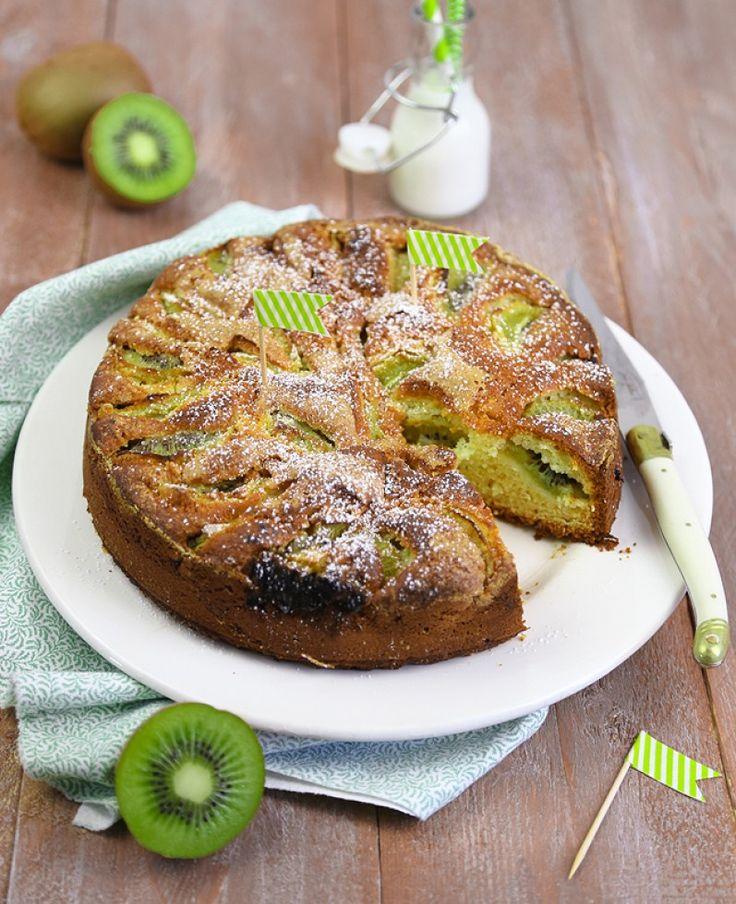 La torta al kiwi è un dolce soffice da servire a colazione, a un impasto soffice si aggiungono kiwi maturi: venite a scoprire la nostra ricetta.