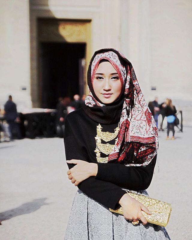 #TasteTheClassic in fashion bagiku adalah Batik dan berbagai macam perhiasan antik khas Indonesia ✨ Kota kelahiranku, Palembang, juga punya batik dan perhiasan klasik yang tak lekang oleh waktu. Batik Palembang yang aku padukan dengan kalung Tapak Jajo khas Palembang ini salah satunya, warisan dari ibuku yang masih cling walaupun usianya sudah ratusan tahun. Kamu juga bisa lho memadukan aksesoris antik punya mama dengan style modern kamu. Biar bisa #TasteTheClassic juga!  @mymagnumID