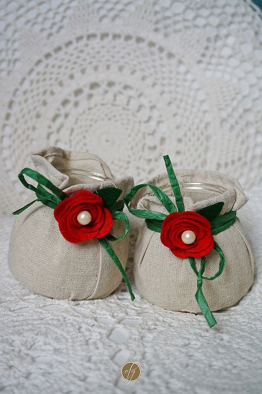 Let's start with Christmas decorations... These candles are rustic and a bit cheerful: the burlap bag is embellished with dark green raffia and felt roses with two tiny pearls, for a touch of shiny...