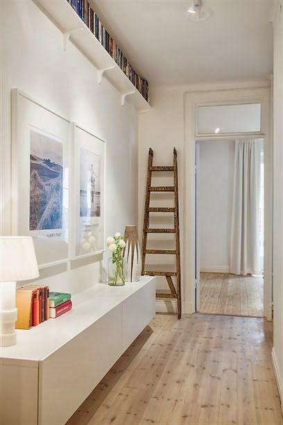 Una escalera a modo de perchero en el recibidor de esta casa ¿qué os parece? - http://decoratualma.blogspot.com.es/2013/10/apartamento-en-el-centro.html