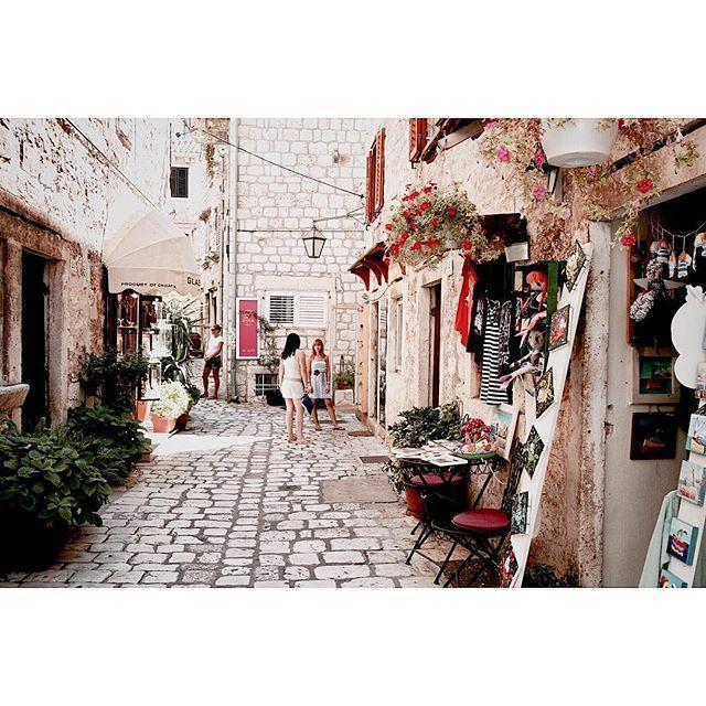 #croatia 🇭🇷 . . #빈티지 한 골목 종일 걷고 또 걸어도, 예쁘고 또 예쁜, 동화같은 #흐바르 골목💕 . . #travel #travelgram #traveler #travelpics #worldtravel #europe #hvar #dubrovnik #flower #instagood #크로아티아 #흐바르 #두브로브니크 #여행 #여행에미치다 #여미 #유디니 #유럽 #골목투어 #아이보리 #꽃 #여행스타그램 #스냅사진 #감성사진 #사진스타그램 #감성그램 #추억 by banzee.u. hvar #travelpics #flower #감성사진 #아이보리 #dubrovnik #스냅사진 #여행에미치다 #europe #사진스타그램 #유럽 #두브로브니크 #감성그램 #빈티지 #여미 #여행스타그램 #worldtravel #크로아티아 #travelgram #traveler #꽃 #여행 #유디니 #추억 #instagood #croatia #흐바르 #travel #골목투어