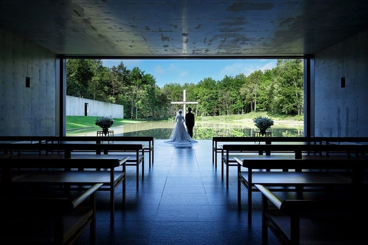 """日常の喧騒から隔絶された、穏やかで静かな佇まい。視界そのものが建築であるような「水の教会」は、世界的建築家・安藤忠雄が設計した教会三部作の一つです。「水・光・緑・風」といった自然の要素に触れることで、徐々に心と体が浄化され、精神が研ぎ澄まされる。そんな""""聖なる空間""""で行われる挙式が、多くのカップルの注目を集めている模様!水面に映るすべてと、そこに立つ十字架と二人…教会へのアプローチを歩くと、..."""
