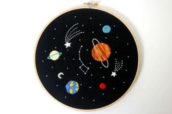 Zonnestelsel borduurwerk kunst aan de muur, ruimte wand decor, planeten kunst aan de muur, peuter kamer decor, peuter cadeau, borduurwerk hoepel kunst