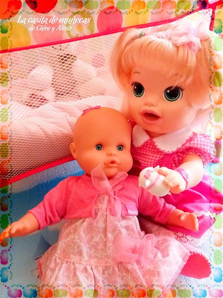 Sara jugando con la pequeña Elsa. ¡Le encantan los Tsum Tsum! y este de Marie de los Aristogatos es su preferido ^^ (Baby Alive Snackin' Sara o Sara comiditas divertidas y Mi pequeño Nenuco blandito)