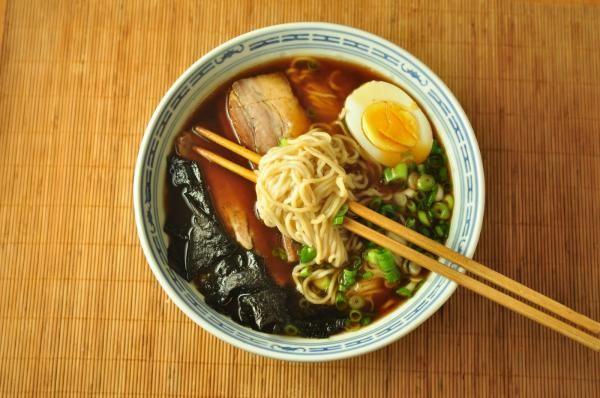 Aprenda a preparar sopa japonesa de lamen com esta excelente e fácil receita. O lamen (ramen em japonês) é uma sopa com macarrão que os japoneses adotaram da...
