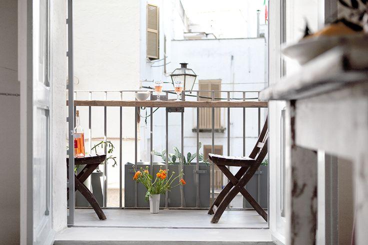 Vom Balkon aus lässt sich das Leben in der Gasse beobachten, frühstücken, lesen oder Aperitivo trinken. / / / / / casapolpo.com (Ferienwohnung) CASA POLPO appartamento #italien #apulien #monopoli #puglia #italia #urlaub #ferienwohnung #casapolpo #interior #succulents #Sukkulenten #cactus #kakteen