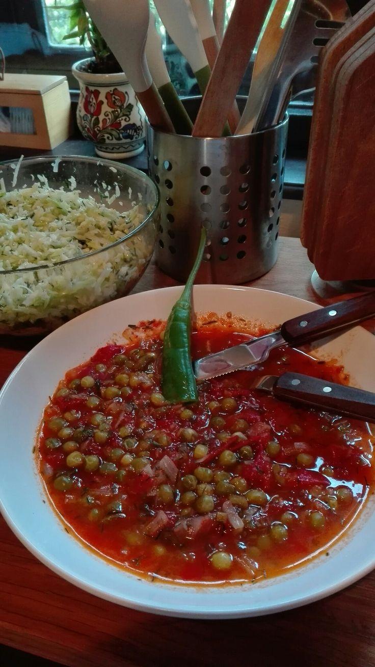 amidon-mancare de mazare cu rosii si ceapa,ardei iute si salata de varza