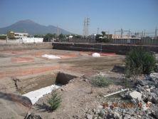 Nel cantiere vicino Pompei, vengono scoperti i resti dell'area industriale della città romana. Ma nessuno ferma i lavori. I reperti sono stati inglobati da fastfood e supermarket.