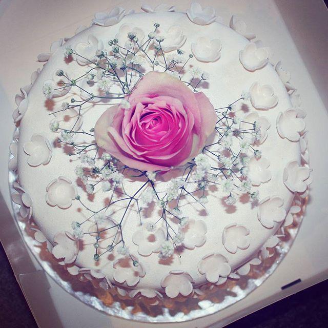 Close up picture of the little flower cake from #mrandmrsamundsen wedding 💞💍 #weddingcake #tb #cakedesign #cakeinspiration #cakeoftheday #cakeart #helenorgebaker #bryllupskake #madebybelle