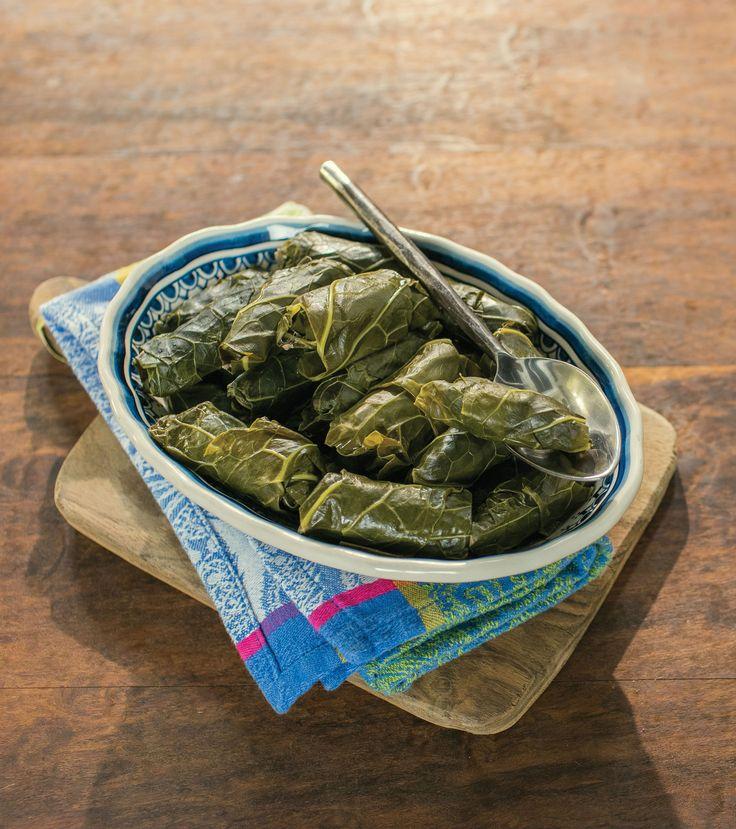 Charutinho de couve | Receita Panelinha: Essa receita é quase uma versão mineira para os charutinhos árabes, feitos com folha de uva. Um detalhe: servidos frios, esses charutinhos também ficam deliciosos.