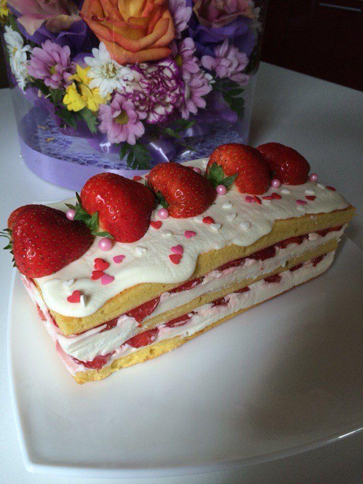 Освежающий клубничный торт слоями Пятница день десертов. Решил рассказать про холодные торты, которые можно собирать в круглой или прямоугольной форме. Бисквит здесь плотный и пористый. К нему подходят любые ягоды или фрукты, их режем потолще или потоньше, ну ктокак любит. Я использовал сладкую клубнику, поэтому в креме добавил цитрусовой кислинки. Такой десерт прекрасно освежает в...