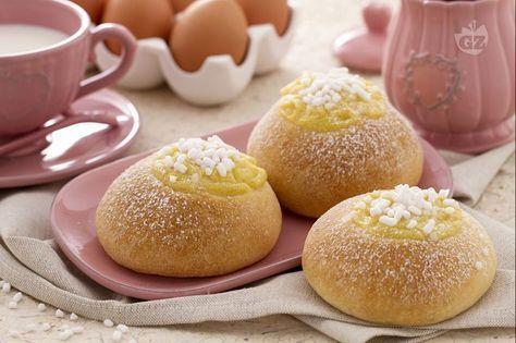 Le veneziane alla crema sono morbide brioches dalla lenta lievitazione, ricoperte con crema e granella di zucchero, profumate all'arancia e limone.